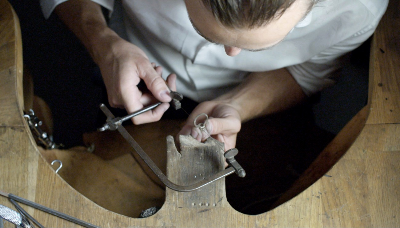 BESPOKE-DESIGN-filing-the-ring-mount-Galeries-du-Diamant