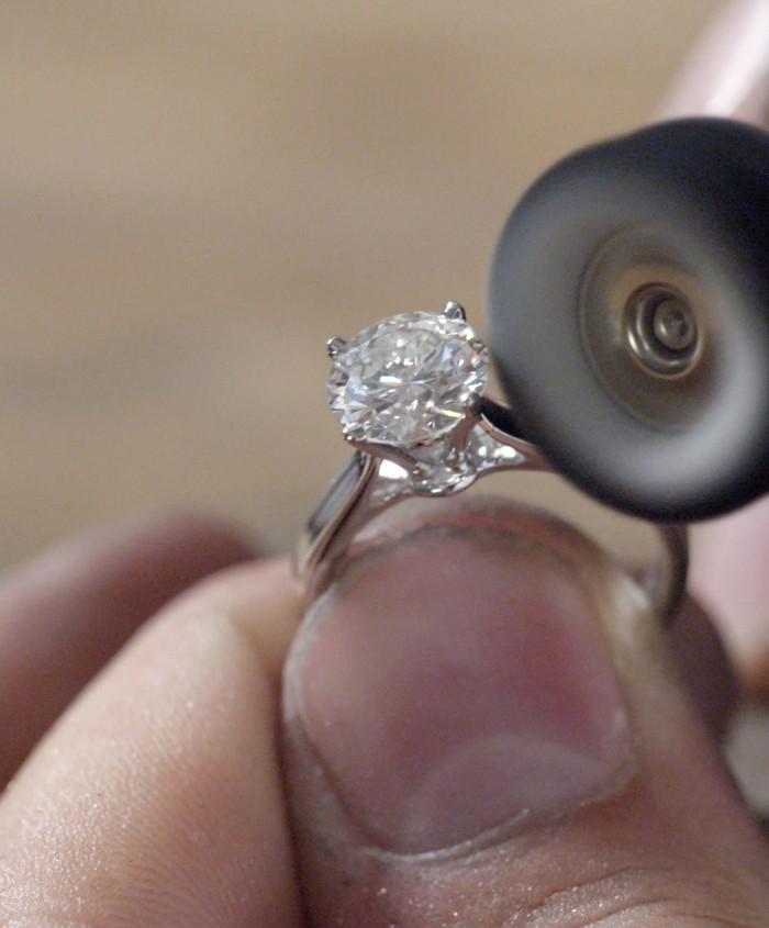 BESPOKE-DESIGN-polishing-the-diamond-ring-Galeries-du-Diamant