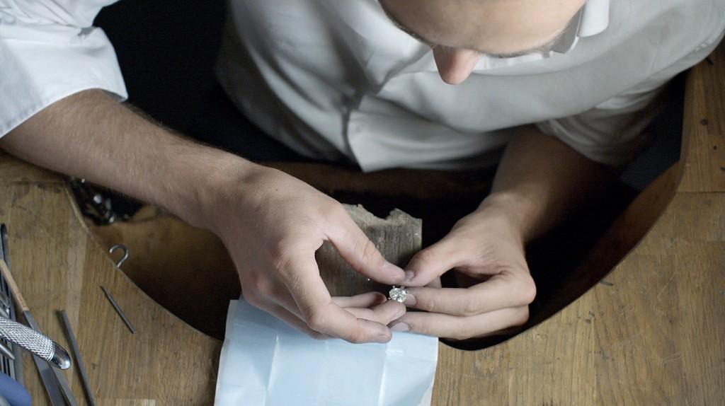 BESPOKE-DESIGN-setting-the-diamond-Galeries-du-Diamant