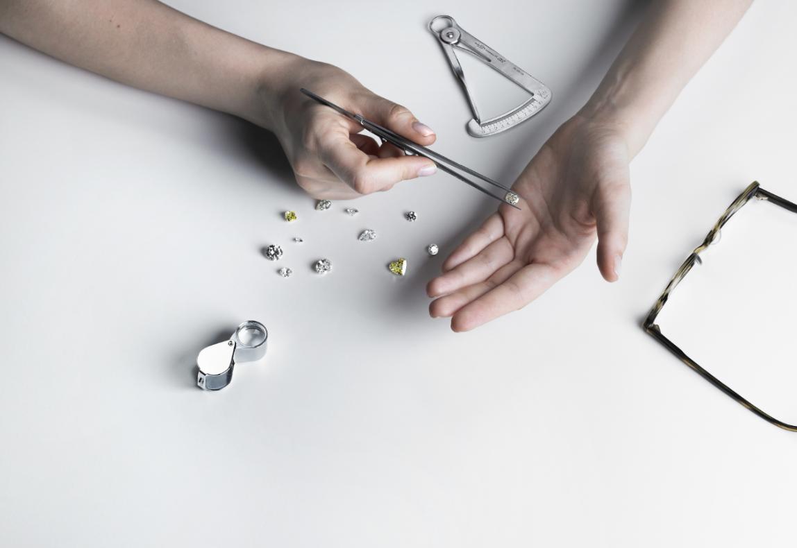 diamantaire-selectionne-des-diamants-blanc-et-fancy-avec-loupe-et-pince-gd-paris